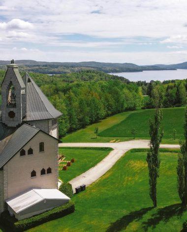 abbaye-saint-benoit-du-lac-vue-du-ciel-quebec-le-mag