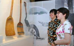 exposition-attache-ta-tuque-couple-musee-pop-quebec-le-mag