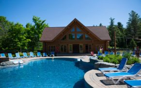 chalet-fiddler-lake-resort-laurentides-piscine-exterieure-ete-quebec-le-mag