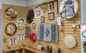 boutique-teuehikan-interieur-roberval-art-innuit-quebec-le-mag