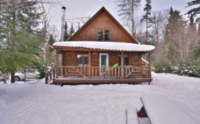 chalet-en-bois-rond-hiver-pourvoirie-du-lac-berval-quebec-le-mag