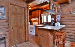 chalet-en-bois-rond-interieur-cuisine-pourvoirie-du-lac-berval-quebec-le-mag
