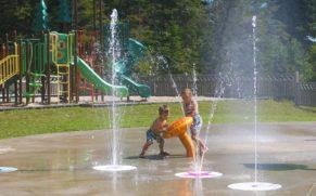 jeux-enfants-Parc-du-Bourg-de-Pabos-chandler-gaspesie-quebec-le-mag