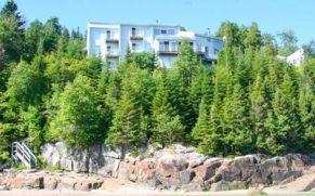 vue-batisse-fjord-saguenay-Auberge-de-la-Rivière-Saguenay