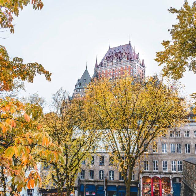 Saviez-vous que le @fairmontfrontenac était l'hôtel le plus photographié au monde ? En même temps, il est tellement beau surtout en automne 🍁  📸 - @julien________b  . . . #quebeclemag #quebec #qc #quebecity #villedequebec #chateaufrontenac #explorequebec #explorecanada #beautifuldestinations #outdoors #automne #automn #fall #fallvibes